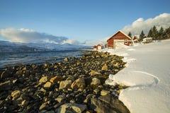 典型的挪威温暖和舒适房子位于湖边在 免版税图库摄影