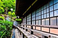 典型的日本寺庙侧面墙 免版税库存照片