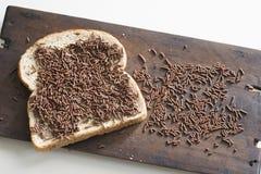 典型的早餐在荷兰用黑面包和巧克力洒,hagelslag 免版税库存图片