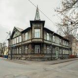 典型的木房子在塔林 免版税库存照片