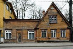 典型的木房子在塔林 免版税库存图片