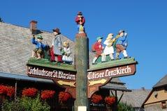 典型的木被绘的巴法力亚路标,在Altglasshutten,巴伐利亚 库存图片