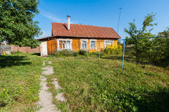典型的村庄房子在乡下 免版税库存照片