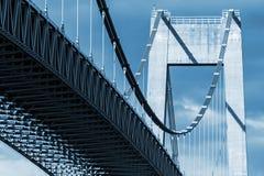 典型的汽车缆绳停留了桥梁 免版税库存图片