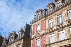 典型的法国样式窗口墙壁装饰,红葡萄酒,法国 库存照片