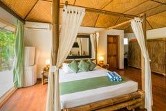 典型的热带旅馆客房 免版税库存图片