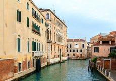 典型的狭窄的水运河在威尼斯 库存照片
