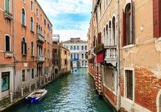 典型的狭窄的水运河在威尼斯 免版税库存照片