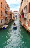 典型的狭窄的水运河在威尼斯 库存图片