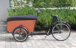 典型的现代承运人自行车 免版税库存图片