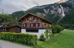 典型的瑞士木房子和美丽的Oltschibach浇灌 库存图片