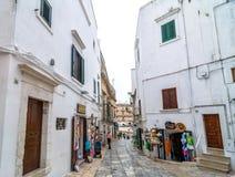 典型的白色街道在奥斯图尼,意大利 免版税库存图片
