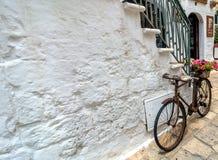典型的白色街道细节有自行车的在奥斯图尼,意大利 免版税库存照片