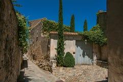 典型的石房子看法有车库门的,在Ménerbes胡同  库存照片