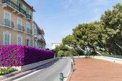 典型的空的街道在老镇在摩纳哥在一个晴天 免版税库存照片