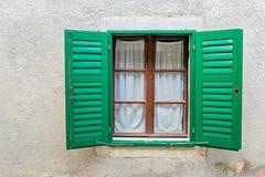 典型的窗口在一个房子里在欧洲 免版税库存图片