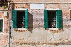 典型的窗口在一个房子里在老欧洲 免版税图库摄影