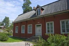 典型的红色斯堪的纳维亚木农舍在赫尔辛基,芬兰 库存图片