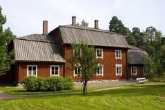 典型的红色斯堪的纳维亚木农舍在赫尔辛基,芬兰 库存照片
