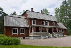 典型的红色斯堪的纳维亚木农舍在赫尔辛基,芬兰 免版税库存图片