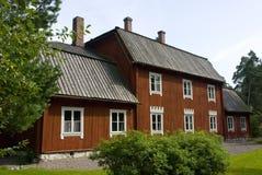 典型的红色斯堪的纳维亚木农舍在赫尔辛基,芬兰 图库摄影