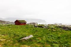 典型的红色rorbu渔小屋在村庄, Lofoten 库存图片