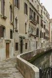 典型的美丽如画的浪漫威尼斯式运河-威尼斯,意大利 免版税库存照片