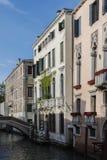 典型的美丽如画的浪漫威尼斯式运河-威尼斯,意大利 免版税库存图片