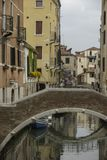 典型的美丽如画的浪漫威尼斯式运河-威尼斯,意大利 免版税图库摄影
