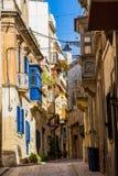 典型的美丽的狭窄的车道在比尔古, Vittoriosa -三被加强的市之一马耳他 免版税库存图片