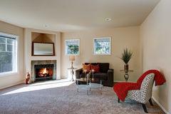 典型的美国客厅室内设计 免版税库存照片