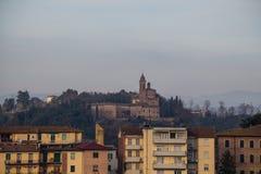 典型的老大厦在锡耶纳和一个教会背景的 意大利托斯卡纳 免版税库存图片