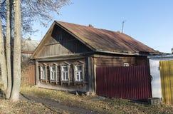 典型的老村庄房子在乡下在俄罗斯 免版税库存照片