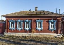 典型的老村庄房子在乡下在俄罗斯 库存照片