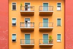 典型的老欧洲居民住房窗口和阳台在维罗纳,意大利 免版税库存照片