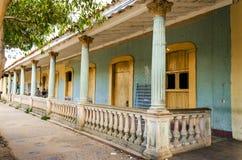 典型的老被毁坏的殖民地大厦在古巴, Vinales 库存图片
