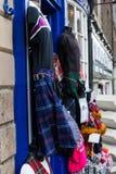 典型的苏格兰时尚在一家商店在爱丁堡 图库摄影