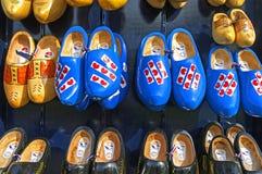典型的荷兰产品木鞋子或障碍物 免版税库存图片