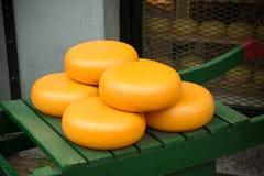 典型的荷兰干酪在一个绿色推车转动 库存图片