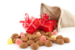典型的荷兰庆祝:Sinterklaas以在袋子的惊奇和 免版税库存照片