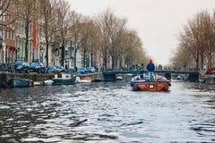 典型的荷兰建筑学、运河、桥梁和小船在阿姆斯特丹,荷兰,荷兰 库存图片