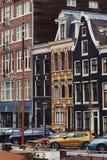 典型的荷兰建筑学、运河和小船在阿姆斯特丹,荷兰,荷兰 免版税库存图片