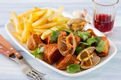 典型的葡萄牙盘Carne de Porco Alentejana 免版税库存图片