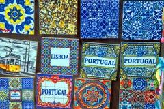 典型的葡萄牙纪念品在买家的介入的一个展示窗口被提出 免版税库存照片