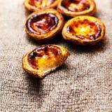 典型的葡萄牙语dessert pasteis de nata,怂恿馅饼 库存图片