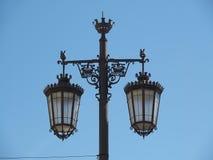 典型的街灯在天空蔚蓝前面的里斯本 库存照片