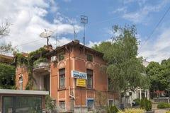 典型的街道和大厦在布尔加斯,保加利亚的中心  免版税库存照片