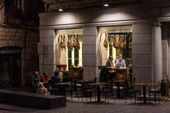 典型的街道咖啡馆在希罗纳,肋前缘Brava,西班牙,夜场面 免版税库存照片