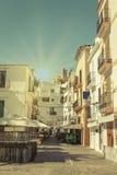 典型的街道在伊维萨岛老镇,在巴利阿里群岛,西班牙 图库摄影