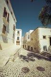 典型的街道在伊维萨岛老镇,在巴利阿里群岛,西班牙 库存照片